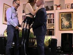 Brit Milf In Threesome Drtuber